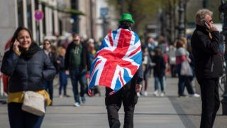 09 April 2019, Berlin: A man with a national flag of the United Kingdom on his back crosses a street in the city centre. Chancellor Merkel today received British Prime Minister May for talks at the Federal Chancellery. The topic of the discussion was the preparation of the Brexit Special Summit of the EU. Photo: Monika Skolimowska/dpa-Zentralbild/dpa