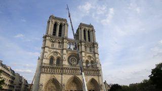 Párizs, 2019. április 18. Tûzoltóautók a tûzvész sújtotta párizsi Notre-Dame-székesegyház elõtt 2019. április 18-án. A lángok három nappal korábban a restaurálási munkálatokhoz felállított állványzaton, a tetõszerkezetnél keletkeztek, és onnan terjedtek tovább. A tûz következtében összeomlott az épület huszártornya és odaveszett a teljes tetõszerkezete. A székesegyház kincseinek megmentésében és az oltási munkálatokban több mint 400 francia tûzoltó vett részt. MTI/EPA/Pool/Michel Euler