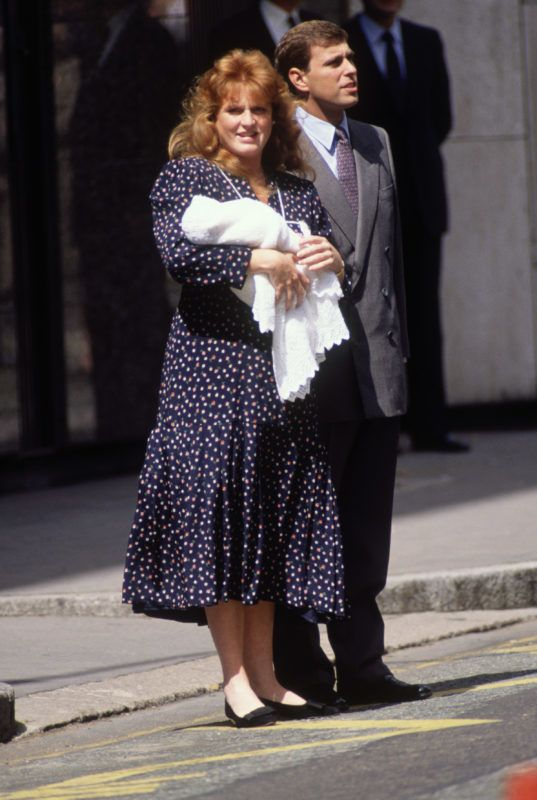 LONDON - AUGUST 12:   Prince Andrew and Sarah, Duchess of York leaving the Portland Hospital in London holding their new born daughter, Princess Beatrice on August 12, 1988 (Photo by David Levenson/Getty Images)