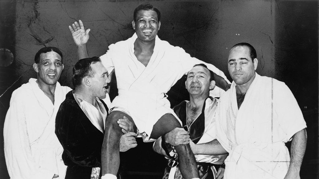 American boxer Sugar Ray Robinson (1921 - 1989) (center) smiles and waves as he is held aloft by fellow boxers, from left, Randolph Turpin (1928 - 1966), Gene Fullmer (1931 - 2015), Carmen Basilio (1927 - 2012), and Carl 'Bobo' Olson (1928 - 2002), New York, New York, 1965. (Photo by Orlando Fernandez/New York World-Telegram & Sun/PhotoQuest/Getty Images)