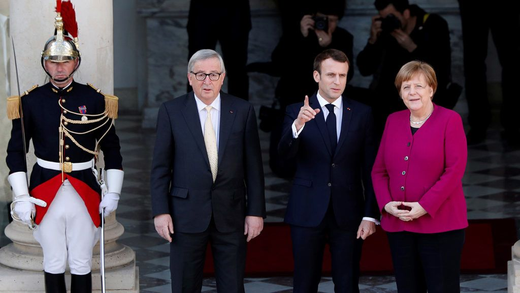 French President Emmanuel Macron (C) poses with German Chancellor Angela Merkel (2ndR) and European Commission President Jean-Claude Juncker (2ndL) prior to their meeting at the Elysee presidential palace in Paris, on March 26, 2019. (Photo by Thibault Camus / POOL / AFP)