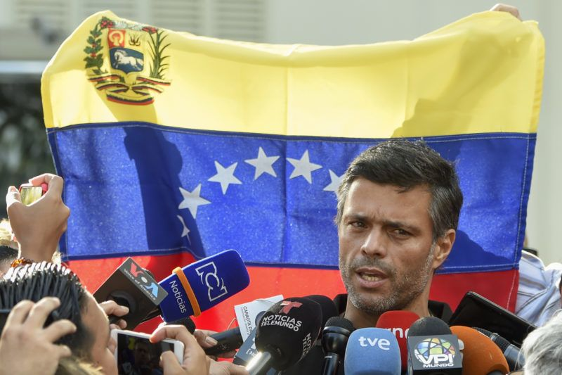 Venezuelan high-profile opposition politician Leopoldo Lopez speaks outside the Spanish embassy in Caracas, on May 2, 2019, where he sought refuge since claiming to have been freed from house arrest two days ago by rebel military personnel. - Venezuela's top court on Thursday ordered the arrest of opposition figure Leopoldo Lopez. (Photo by Juan BARRETO / AFP)