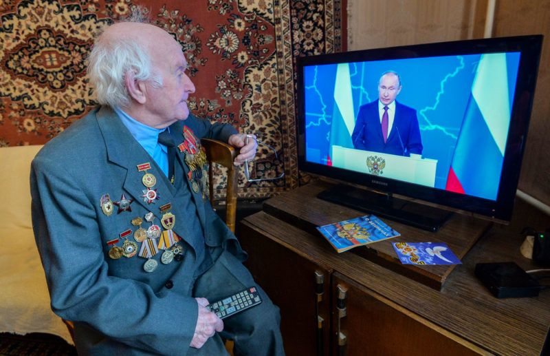 5787872 20.02.2019 WWII veteran Victor Vlasov watches the live broadcast of Russian President Vladimir Putin's annual state of the nation address, in Chelyabinsk, Russia. Aleksandr Kondratuk / Sputnik