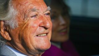 (FILES) In this file photo taken on August 31, 2013, former Australian prime minister Bob Hawke and wife Blanche d'Alpuget arrive at the Brisbane Convention Centre in Brisbane. - Australia's longest-serving Labor prime minister Bob Hawke, died on May 16, 2019 aged 89, his wife announced. (Photo by PATRICK HAMILTON / AFP)