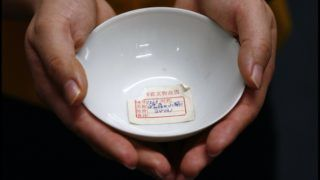 BNPS.co.uk (01202 558833)Pic: Sworders/BNPSA 300 year old tiny tea bowl bought for £20 by a British traveller in China in the 1980's sold for a whopping £40,000 yesterday.Made during the reign of Emperor Yongzheng of the Qing Dynasty between 1723-35 the simple vessel represents a high point in Chinese cup design.Auctioneers Sworders had given the simple item a conservative £8000 estimate but frenzied bidding from several Chinese bidders who had flown in caused it to soar to £40,000. ***EXCLUSIVE***