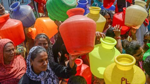 Indian women with empty plastic pots protest as they demand drinking water in Chennai on June 22, 2019. - Angry residents fight in queues at water taps, lakes have been turned into barren moonscapes and restaurants are cutting back on meals as the worst drought in living memory grips India's Chennai. (Photo by ARUN SANKAR / AFP)