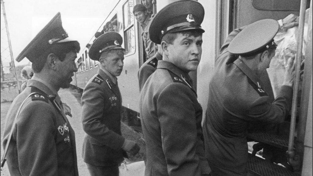 Soviet soldiers belonging to the 13the tank regiment of the Soviet Southern Army Group temporarily stationed in Sarbogard, central Hungary, leave the country to the Soviet Union in June 1989. (Photo by FRIEDMANN / MTI / AFP)