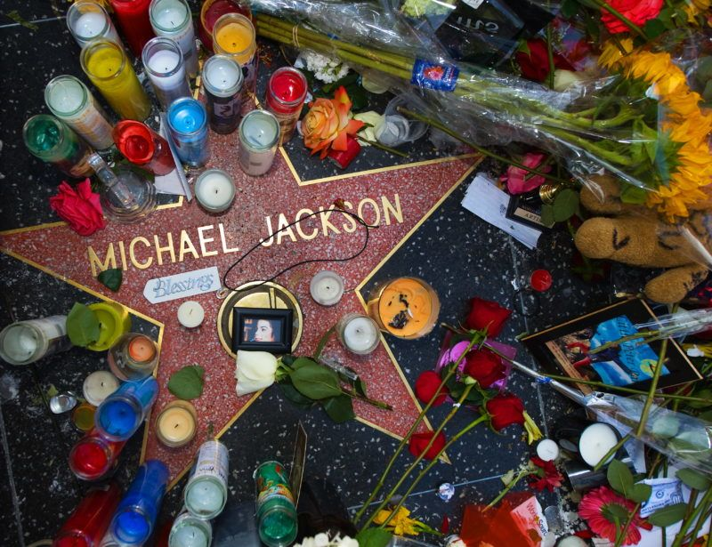 The star of US music legend Michael Jackson on the Hollywood Walk of Fame near Grauman's Chinese Theatre on Hollywood Boulevard in Los Angeles is adorned with offerings from fans on June 27, 2009. Jackson died on June 25 at age 50. AFP PHOTO/Paul J. Richards (Photo by PAUL J. RICHARDS / AFP)