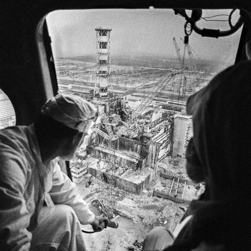 2816483 05/14/1986 Dosimetrists drawing a radioactive contamination map of the Chernobyl nuclear power plant from helicopters. Cropped image./Sputnik