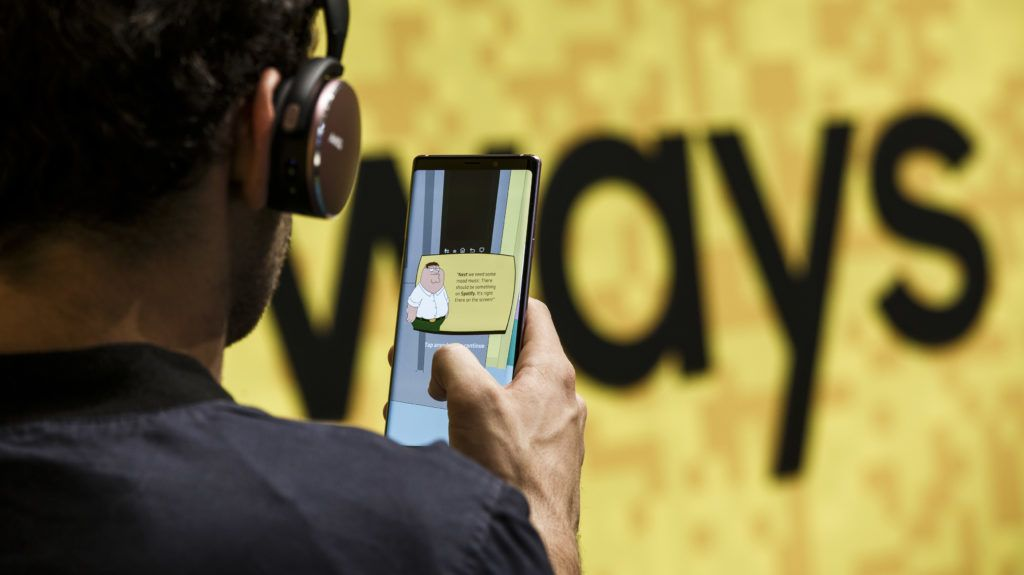01.09.2018, Berlin: A visitor plays in an Augmented Reality AR with a new smartphone Galaxy Note 9 of the electronics company Samsung at the trade fair for consumer electronics and household appliances FIA. Photo: Carsten Koall/dpa