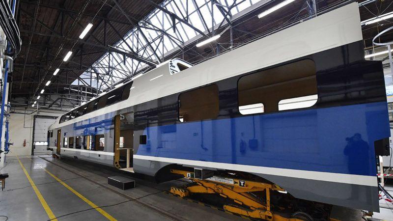 Dunakeszi, 2018. december 17.A nagy kapacitású, emeletes motorvonat készülő kocsiszekrénye a Dunakeszi Járműjavító Kft. szerelőcsarnokában 2018. december 17-én. Újabb 8 darab, emeletes KISS (Komfortabler Innovativer Spurtstarker S-Bahn-Zug) motorvonat szállításáról írt alá szerződést ezen a napon a MÁV-Start Zrt. és a Stadler Bussnang AG. Az első ütemben rendelt 11 motorvonat várhatóan 2019 végétől szállítja az utasokat a váci és a ceglédi elővárosi vasútvonalakon, a második ütemben gyártott 8 jármű pedig 2021 elejéig állhat forgalomba. MTI/Máthé Zoltán