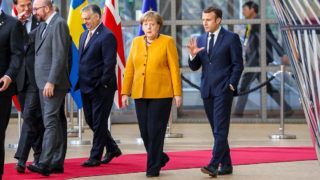 (FromL) Ireland's Prime Minister Leo Varadkar, Romania's President Klaus Werner Iohannis, Netherlands' Prime Minister Mark Rutte, Belgium's Prime Minister Charles Michel, Hungary's Prime Minister Viktor Orban, Germany's Chancellor Angela Merkel and France's President Emmanuel Macron arrive prior to pose for a family photo on March 22, 2019 in Brussels at the end of an EU summit focused on Brexit. - European leaders and English Prime Minister agreed early on March 22 a short delay to Britain's divorce from the European Union in the hope of ensuring an orderly Brexit. (Photo by Ludovic MARIN / AFP)