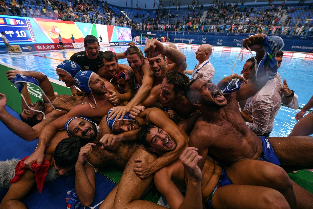 Italy's players  celebrate after winning the men's final match between Spain and Italy of the water polo event at the 2019 World Championships at Nambu University Grounds in Gwangju, South Korea, on July 27, 2019. (Photo by Oli SCARFF / AFP)