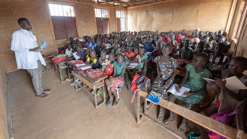 "16 April 2019, Ethiopia, Gambela: One teacher teaches over 100 children in a school for about 5000 children in zone ""A"" of the refugee camp ""Nguenyyiel Refugee Camp"". Bavaria's Prime Minister M. Sˆder (CSU) will visit the country on the Horn of Africa until 18 April. Photo: Peter Kneffel/dpa"