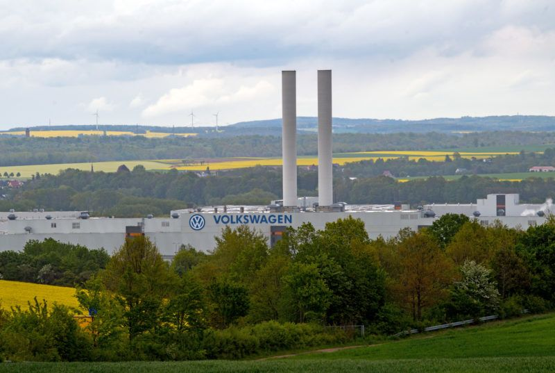 14 May 2019, Saxony, Zwickau: View of the Volkswagen Sachsen plant in Zwickau. Volkswagen is currently completely converting production at its plant in Saxony to the manufacture of electric vehicles. The first vehicles are scheduled to roll off the assembly line at the end of the year. Photo: Hendrik Schmidt/dpa-Zentralbild/ZB