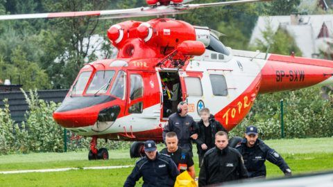 Polish rescue workers move injured tourists from a helicopter near Zakopane, Poland on August 22, 2019 after a sudden lightning storm killed five people, including two children, in the Polish and Slovakia Tatra mountains, and more than 20 others were injured. (Photo by Piotr KORCZAK / AFP) / Poland OUT