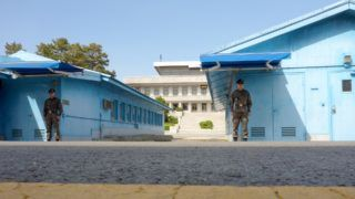 """15 May 2019, South Korea, Paju: South Korean soldiers guard the South Korean side of the """"common security zone"""" on the border with North Korea in Panmunjom. The border here runs between the blue barracks of Panmunjom in the Demilitarised Zone (DZM), where the peace treaty between North and South Korea was signed in 1953. Photo: Peter Gercke/dpa-Zentralbild/ZB"""