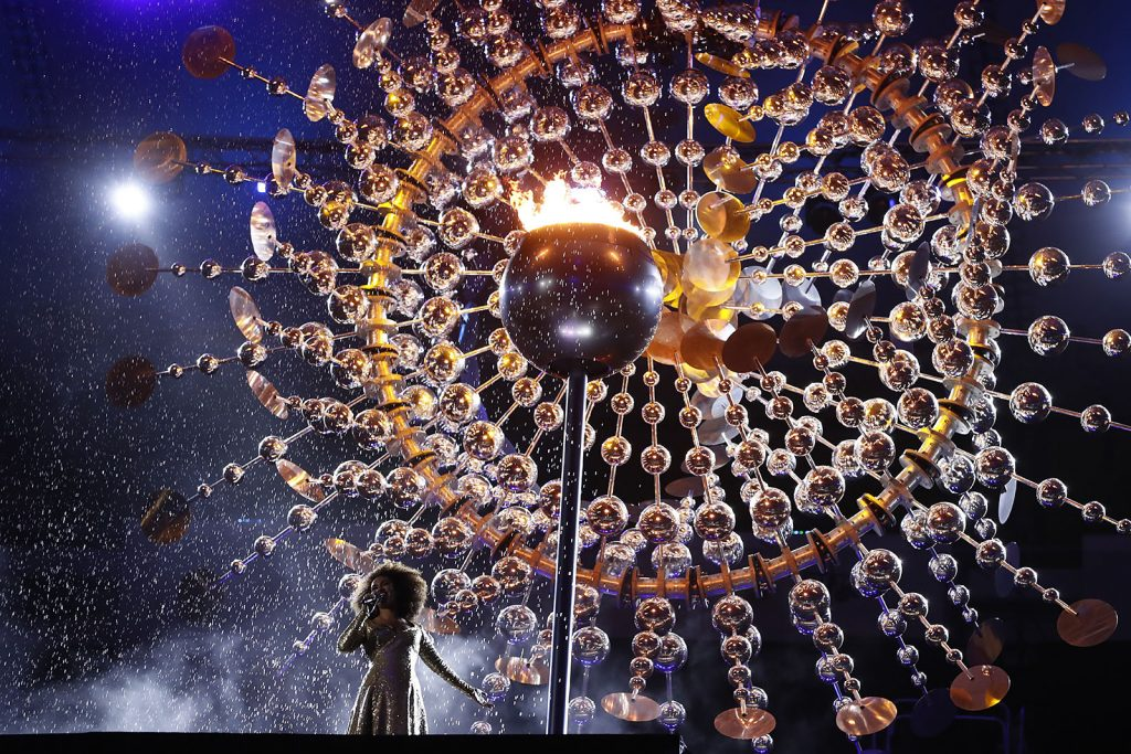 Brazilian singer Mariene De Castro performs during the closing ceremony of the Rio 2016 Olympic Games at the Maracana stadium in Rio de Janeiro on August 21, 2016. / AFP PHOTO / Odd ANDERSEN