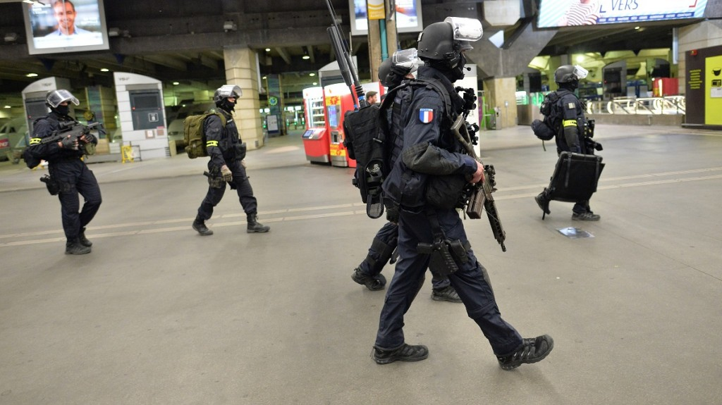 A member of the National Gendarmerie Intervention Group (GIGN) are pictured following a training exercise in the event of a terrorist attack in collaboration with Recherche Assistance Intervention Dissuasion (RAID) and Research and Intervention Brigades (BRI) in presence of the French Interior minister Bernard Cazeneuve at la Gare Montparnasse, center Paris on April 20, 2016.  / AFP PHOTO / MIGUEL MEDINA