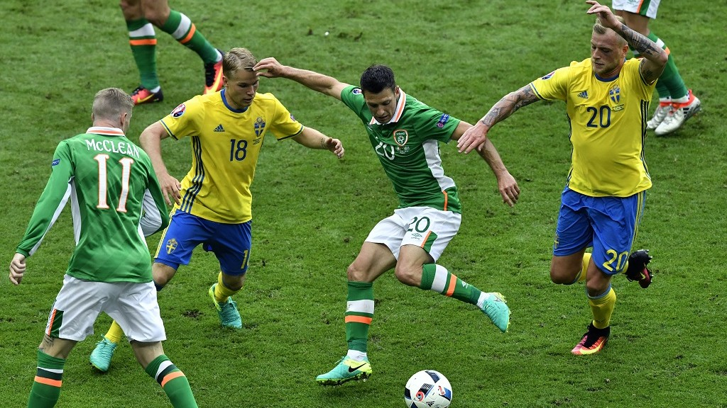 Ireland's midfielder Wesley Hoolahan (2nd R) shoots to score a goal during the Euro 2016 group E football match between Ireland and Sweden at the Stade de France stadium in Saint-Denis on June 13, 2016. / AFP PHOTO / PHILIPPE LOPEZ