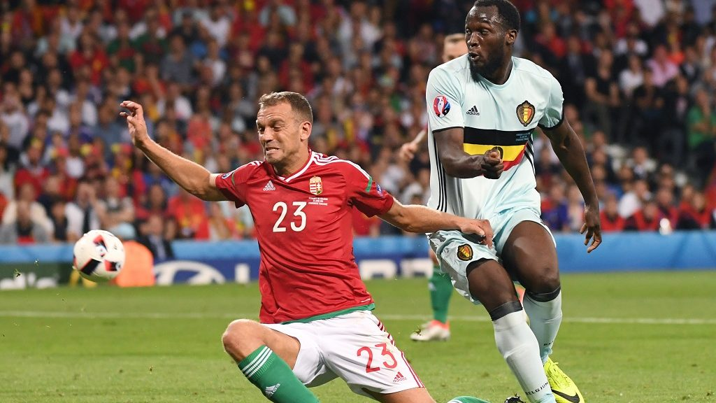 Hungary's defender Roland Juhasz (L) vies for the ball with Belgium's forward Romelu Lukaku during the Euro 2016 round of 16 football match between Hungary and Belgium at the Stadium Municipal in Toulouse on June 26, 2016.   / AFP PHOTO / PASCAL GUYOT