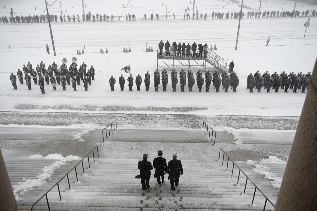 Re-elected Finnish President Sauli Niinistö (C) heads to inspect the honorary guard outside the Finnish Parliament as part of the presidential inauguration ceremony on February 1, 2018 in Helsinki, Finland.  President Niinisto was re-elected on January 28, 2018 for a second six-year term. / AFP PHOTO / Lehtikuva / Martti Kainulainen / Finland OUT
