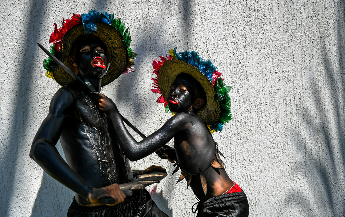 """Revellers named """"Son de Negro"""" pose before the Carnival parade in Barranquilla, Colombia on February 11,2018.  / AFP PHOTO / Luis ACOSTA"""