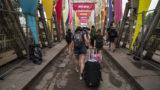 Budapest, 2018. augusztus 15.Fiatalok távoznak a K-hídon az óbudai Hajógyári-szigetről a 26. Sziget fesztivál zárása után, 2018. augusztus 15-én.MTI Fotó: Mónus Márton