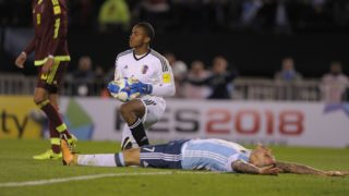 Argentina's Mauro Icardi (R) lies on the ground next to Venezuela's goalkeeper Wuilker Farinez during their 2018 World Cup qualifier football match in Buenos Aires, on September 5, 2017. / AFP PHOTO / Alejandro PAGNI