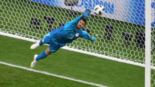Egypt's goalkeeper Mohamed El Shenawy makes a save from a Uruguay's forward Edinson Cavani shot during the Russia 2018 World Cup Group A football match between Egypt and Uruguay at the Ekaterinburg Arena in Ekaterinburg on June 15, 2018. / AFP PHOTO / HECTOR RETAMAL / RESTRICTED TO EDITORIAL USE - NO MOBILE PUSH ALERTS/DOWNLOADS