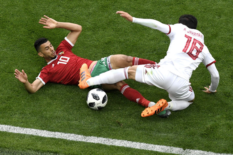 Morocco's midfielder Younes Belhanda (L) vies for the ball with Iran's forward Alireza Jahanbakhsh during the Russia 2018 World Cup Group B football match between Morocco and Iran at the Saint Petersburg Stadium in Saint Petersburg on June 15, 2018. / AFP PHOTO / GABRIEL BOUYS / RESTRICTED TO EDITORIAL USE - NO MOBILE PUSH ALERTS/DOWNLOADS