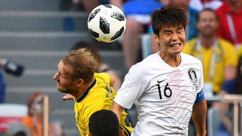 Sweden's forward Ola Toivonen (L) vies for the header with South Korea's midfielder Ki Sung-yueng during the Russia 2018 World Cup Group F football match between Sweden and South Korea at the Nizhny Novgorod Stadium in Nizhny Novgorod on June 18, 2018. / AFP PHOTO / Johannes EISELE / RESTRICTED TO EDITORIAL USE - NO MOBILE PUSH ALERTS/DOWNLOADS