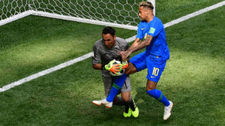 Costa Rica's goalkeeper Keylor Navas (L) makes a save in front of Brazil's forward Neymar during the Russia 2018 World Cup Group E football match between Brazil and Costa Rica at the Saint Petersburg Stadium in Saint Petersburg on June 22, 2018. / AFP PHOTO / Giuseppe CACACE / RESTRICTED TO EDITORIAL USE - NO MOBILE PUSH ALERTS/DOWNLOADS