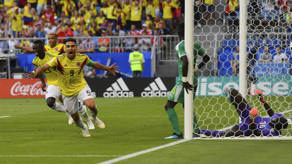 Colombia's forward Falcao (C), Colombia's defender Davinson Sanchez (2nd L) celebrate after their teammate Colombia's defender Yerry Mina (unseen) scored a goal during the Russia 2018 World Cup Group H football match between Senegal and Colombia at the Samara Arena in Samara on June 28, 2018. / AFP PHOTO / Manan VATSYAYANA / RESTRICTED TO EDITORIAL USE - NO MOBILE PUSH ALERTS/DOWNLOADS