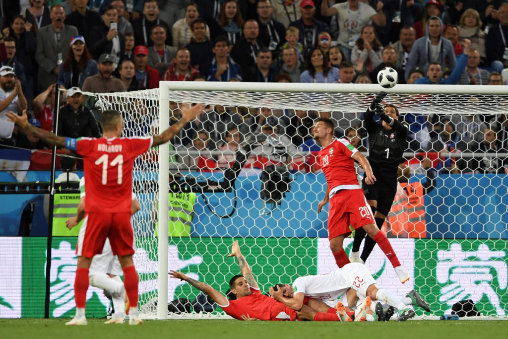 Serbia's forward Aleksandar Mitrovic (bottom C) gestures as Switzerland's goalkeeper Yann Sommer (R) reaches for the ball during their Russia 2018 World Cup Group E football match between Serbia and Switzerland at the Kaliningrad Stadium in Kaliningrad on June 22, 2018. / AFP PHOTO / OZAN KOSE / RESTRICTED TO EDITORIAL USE - NO MOBILE PUSH ALERTS/DOWNLOADS