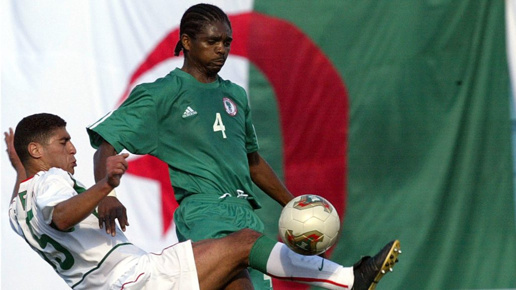 Nigeria's forward Nwankwo Kanu (L) fight for the ball with Moroccan player Youssef  Moktari, 27 January 2004 at  Monastir stadium during their African Nations Cup 2004 match. AFP PHOTO FRANCK FIFE ... / AFP PHOTO / FRANCK FIFE