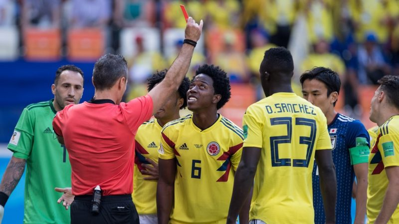 referee Damir SKOMINA shows Carlos SANCHEZ (COL, No.6) the red card, red, dismissal, half figure, half figure, Colombia (COL) - Japan (JPN) 1: 2, preliminary round, Group H, game 16, 19.06. 2018 in Saransk; Football World Cup 2018 in Russia from 14.06. - 15.07.2018. | usage worldwide