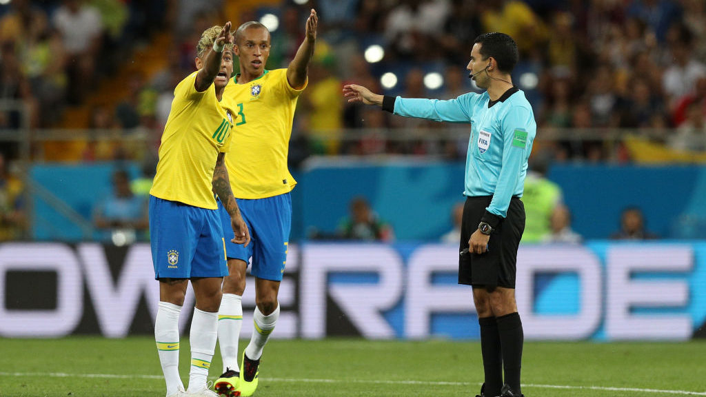 ROSTOV-ON-DON, RUSSIA - JUNE 17:  Neymar Jr and Miranda of Brazil argue with the referee Cesar Ramos during the 2018 FIFA World Cup Russia group E match between Brazil and Switzerland at Rostov Arena on June 17, 2018 in Rostov-on-Don, Russia.  (Photo by Buda Mendes/Getty Images)