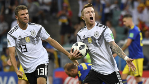 Germany's forward Marco Reus celebrates scoring the 1-1 goal with Germany's forward Thomas Mueller (L) during the Russia 2018 World Cup Group F football match between Germany and Sweden at the Fisht Stadium in Sochi on June 23, 2018. / AFP PHOTO / Nelson Almeida / RESTRICTED TO EDITORIAL USE - NO MOBILE PUSH ALERTS/DOWNLOADS