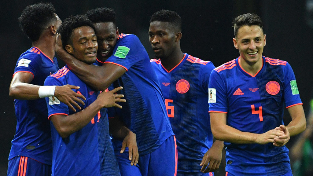 Colombia's forward Juan Cuadrado (2ndL) celebrates with teammates after scoring their third goal during the Russia 2018 World Cup Group H football match between Poland and Colombia at the Kazan Arena in Kazan on June 24, 2018. / AFP PHOTO / SAEED KHAN / RESTRICTED TO EDITORIAL USE - NO MOBILE PUSH ALERTS/DOWNLOADS