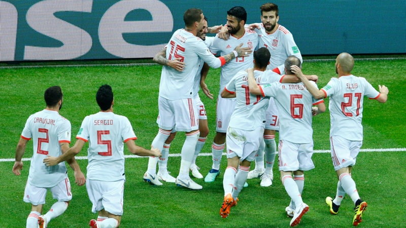 Spain's players celebrate their opening goal during the Russia 2018 World Cup Group B football match between Iran and Spain at the Kazan Arena in Kazan on June 20, 2018. / AFP PHOTO / BENJAMIN CREMEL / RESTRICTED TO EDITORIAL USE - NO MOBILE PUSH ALERTS/DOWNLOADS