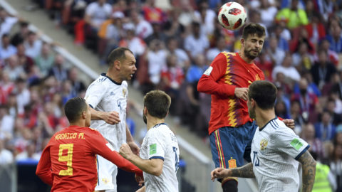 Spain's defender Gerard Pique (topR) heads the ball during the Russia 2018 World Cup round of 16 football match between Spain and Russia at the Luzhniki Stadium in Moscow on July 1, 2018. / AFP PHOTO / Kirill KUDRYAVTSEV / RESTRICTED TO EDITORIAL USE - NO MOBILE PUSH ALERTS/DOWNLOADS