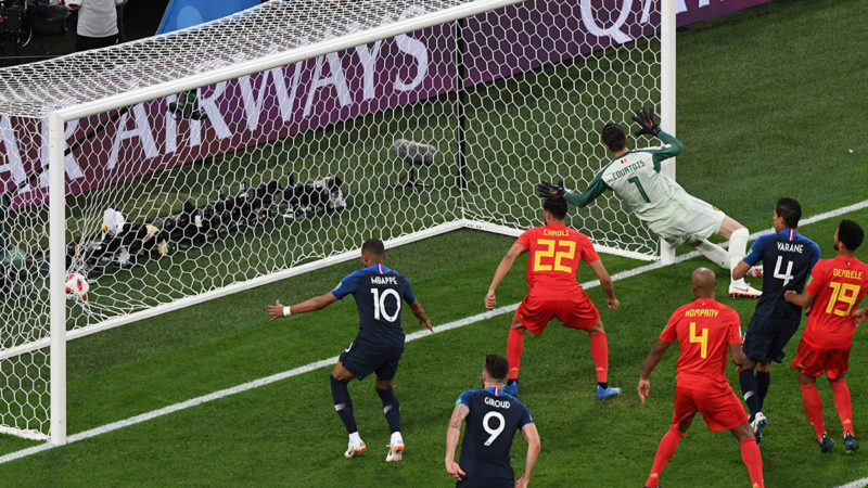 Belgium's goalkeeper Thibaut Courtois (R) eyes the ball as he fails to stop the goal scored by France's defender Samuel Umtiti (unseen) during the Russia 2018 World Cup semi-final football match between France and Belgium at the Saint Petersburg Stadium in Saint Petersburg on July 10, 2018. / AFP PHOTO / FRANCOIS XAVIER MARIT / RESTRICTED TO EDITORIAL USE - NO MOBILE PUSH ALERTS/DOWNLOADS