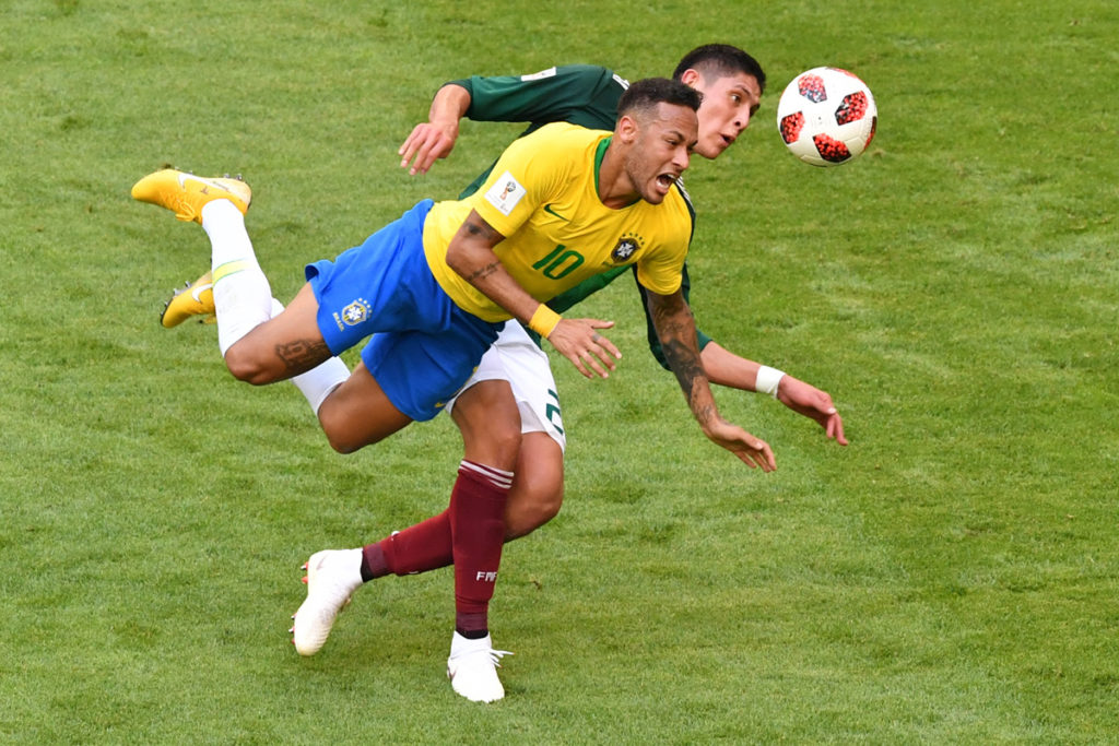 Mexico's defender Edson Alvarez (R) vies for the ball with Brazil's forward Neymar during the Russia 2018 World Cup round of 16 football match between Brazil and Mexico at the Samara Arena in Samara on July 2, 2018. / AFP PHOTO / SAEED KHAN / RESTRICTED TO EDITORIAL USE - NO MOBILE PUSH ALERTS/DOWNLOADS