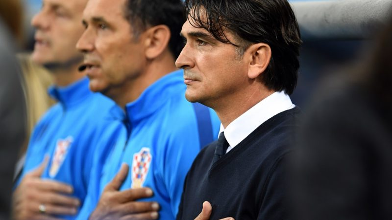 21 June 2018, Russia, Nizhny Novgorod. Soccer: World Cup, Argentina vs Croatia, preliminary round, Group D, 2nd match day in the Nizhny Novgorod Stadium. Croatia head coach Zlatko Dalic (R)during singing of the national anthems. Photo: Andreas Gebert/dpa