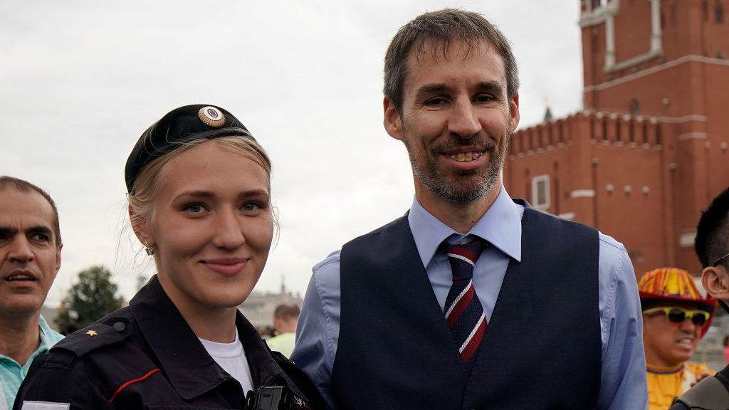 MOSCOW, RUSSIA - JULY 10:  Garreth Southgate, alias lookalike Neil Rowe, causes a stir as football fans, TV crews and tourists, mistake him for the real England manager as Neil tours Red Square ahead of the World Cup semi-final game between England and Croatia on July 10, 2018 in Moscow, Russia. Even the local tourist police were bemused as they helped Neil escape the square from hoards of people wanting selfies.  (Photo by Christopher Furlong/Getty Images)