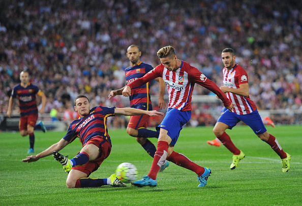 MADRID, SPAIN - SEPTEMBER 12:  Fernando Torres of Club Atletico de Madrid has his shot blocked by Thomas Vermaelen of FC Barcelona during the La Liga match between Club Atletico de Madrid and FC Barcelona at Vicente Calderon Stadium on September 12, 2015 in Madrid, Spain.  (Photo by Denis Doyle/Getty Images)