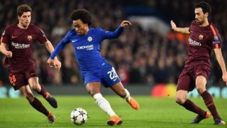 Chelsea's Brazilian midfielder Willian (C) vies with Barcelona's Spanish midfielder Sergi Roberto (L) and Barcelona's Spanish midfielder Sergio Busquets (R) during the first leg of the UEFA Champions League round of 16 football match between Chelsea and Barcelona at Stamford Bridge stadium in London on February 20, 2018. / AFP PHOTO / Glyn KIRK