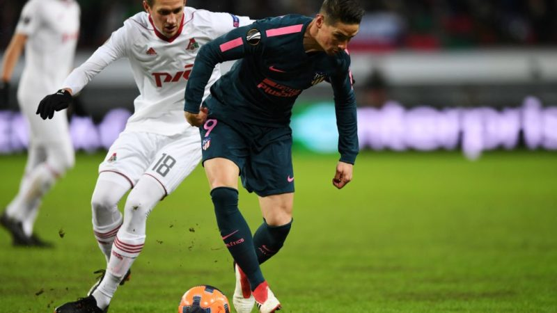 Lokomotiv Moscow's midfielder from Russia Alexandr Kolomeitsev (L) and Atletico Madrid's Spanish forward Fernando Torres vie for the ball during the UEFA Europa League Round of 16 second leg football match between FC Lokomotiv Moscow and Club Atletico de Madrid on March 15, 2018 in Moscow. / AFP PHOTO / Kirill KUDRYAVTSEV
