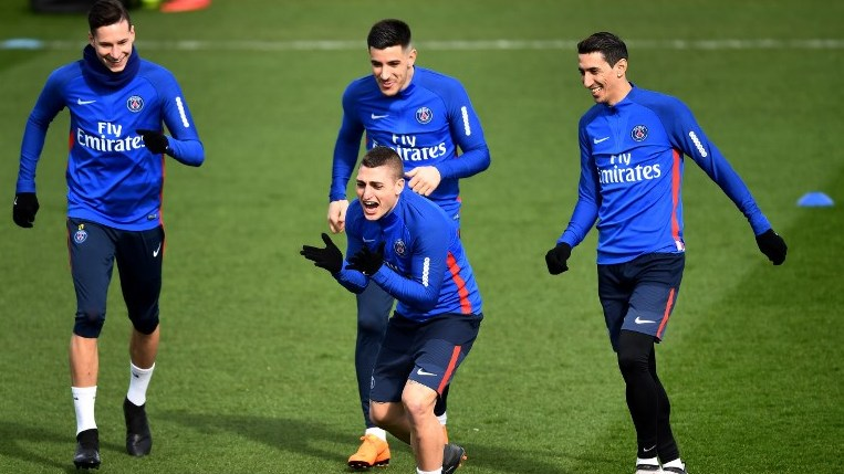 Paris Saint-Germain's Italian midfielder Marco Verratti (C) gestures next to Paris Saint-Germain's German midfielder Julian Draxler (L), Paris Saint-Germain's Spanish midfielder Yuri Berchiche and Paris Saint-Germain's Argentinian forward Angel Di Maria (R) during a training session at  Saint-Germain-en-Laye, western Paris on March 16, 2018, two days before the French L1 football match between Paris Saint-Germain and Nice.   / AFP PHOTO / FRANCK FIFE